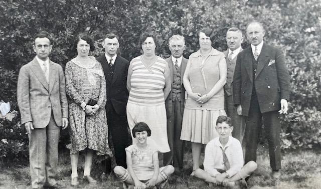 1929 sept. fam Hamburg. Karel, Meta, Jacques, Selly, Ies, Anna, Walter, Mozes. Zittend Dina en Julius